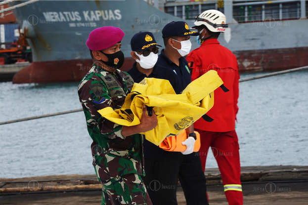 Rescuers Carry Body Bags and Debris Sriwijaya Air SJ182 - JEFTAIMAGES