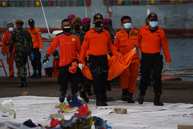 Rescuers Carry Body Bags and Debris Sriwijaya Air SJ182 - JEFTAIMAGES